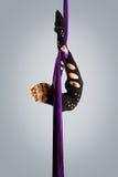 Härlig dansare på flyg- silke, flyg- förvridning, flyg- band, flyg- silke, flyg- silkespapper, tyg, band Arkivbild