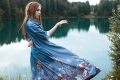 Härlig danskvinna vid sjön Royaltyfri Foto