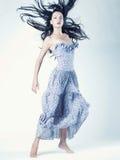 härlig dansståendekvinna Arkivfoto