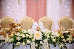 Härlig dekorerad gifta sig restaurang för förbindelse Färgrik garnering för beröm Brud- inre för skönhet arkivbild
