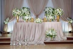 Härlig dekorerad gifta sig restaurang för förbindelse Färgrik garnering för beröm Brud- inre för skönhet royaltyfri foto