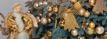 Härlig dekorerad guld- julgran i lyxig klassisk inre arkivfoto