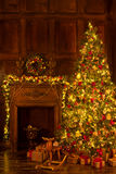Härlig dekorerad julgran med gåvor Royaltyfri Fotografi