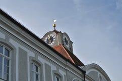Härlig dekorerad klocka på den Nymphenburg slotten i Munich i Tyskland royaltyfri foto
