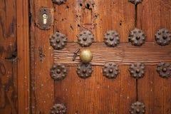 Härlig dekorerad medeltida dörr Royaltyfria Foton