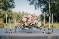 Härlig dekorerad tabell med mål på closeupen för bröllopmottagande royaltyfria bilder