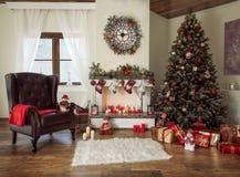 Härlig dekorerad vardagsrum med ett julträd och ett brandställe royaltyfri foto