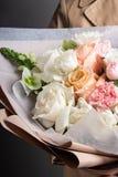Härlig delikat bukett av ljusa nya blommor, arbetet av en blomsterhandlare, en gåva för kvinnors dag royaltyfri fotografi
