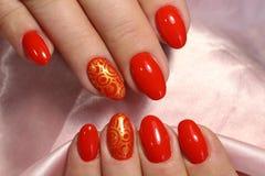 Härlig design av röd manikyr royaltyfria bilder