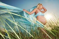 härlig det friagravid kvinna Royaltyfri Fotografi