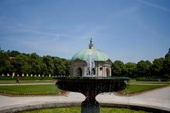 Härlig Diana tempel Dianatempel och en springbrunn i central Munich ` s Hofgarten royaltyfria bilder