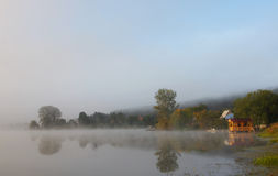 Härlig dimmig liggande på ett damm med paviljongen arkivbilder