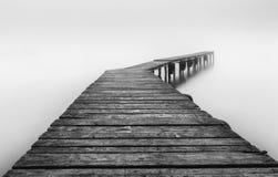 Härlig dimmig morgon på den Sarichioi ponton Arkivfoto