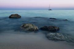 Härlig dimmig strand på soluppgång Arkivfoto