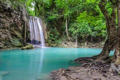 Härlig djup skogvattenfall Royaltyfri Fotografi