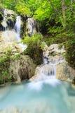Härlig djup skogvattenfall i Thailand Royaltyfria Bilder