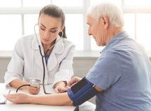 Härlig doktor och patient arkivbild