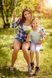 härlig dottermoder arkivfoton