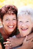 härlig dottermoderpensionär Royaltyfria Bilder