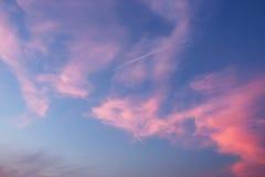 Härlig dramatisk skymninghimmel och moln Arkivbild