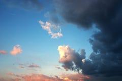 Härlig dramatisk skymninghimmel och moln Arkivfoto