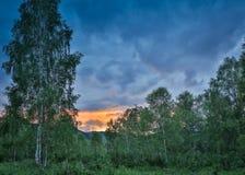 Härlig dramatisk solnedgång i bergen Landskap med solljus som skiner till och med orange moln Royaltyfri Fotografi