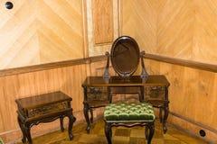 Härlig dressingtabell med en spegel i det tidigare landet av Royaltyfri Foto
