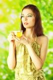 härlig dricka grön sund tea för flicka Royaltyfri Foto
