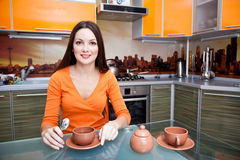härlig dricka kökkvinna fotografering för bildbyråer
