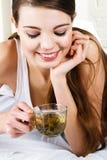 härlig dricka teakvinna royaltyfri foto