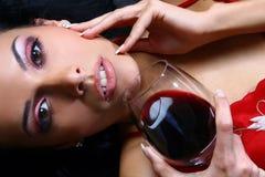 härlig dricka winekvinna Arkivfoto