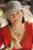 härlig dricka winekvinna Royaltyfri Foto