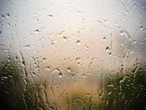 Härlig droppande av droppar av regn på fönstret i den molniga dagen för höst Fotografering för Bildbyråer
