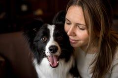 Härlig elegant flicka för stående med hunden border collie royaltyfria foton