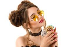 Härlig elegant kvinna med glasskottar i händer Arkivfoto