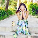 Härlig elegant le utomhus- sommarstående för kvinna royaltyfri foto