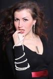 härlig elegant smyckenkvinna Arkivfoto