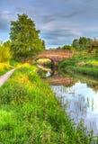 Härlig engelsk flod och bro på för stillhet dag fortfarande i färgglade HDR royaltyfri foto