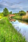 Härlig engelsk kanal och bro på för stillhet dag fortfarande i färgglade HDR arkivfoto