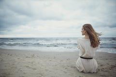 Härlig ensam flicka på stranden arkivfoton