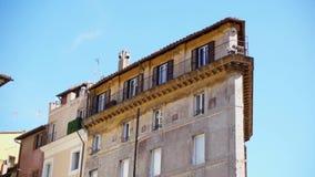 Härlig europeisk arkitektur Yttersida av gammal bostads- byggnad i mitt av Rome, Italien arkivfilmer