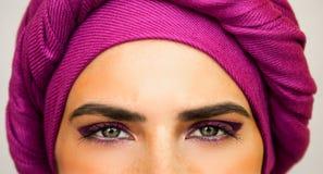 Härlig europeisk kvinna i en ljus rosa turban och härlig makeup Stilen av stads- mode royaltyfri fotografi