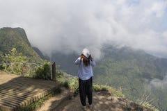 Härlig europeisk kvinna som tar foto av världens slut fotografering för bildbyråer