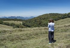 Härlig europeisk kvinna som tar foto genom att använda telefonen i nationalparken arkivfoto