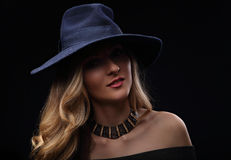 Härlig expravagant makeupkvinna posera i den modeblåtthatten Arkivbild