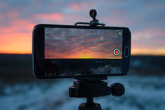 Härlig färg av solnedgången på en mobiltelefon Arkivbild