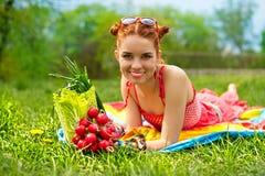 härlig färgglad lycklig grönsakkvinna Arkivbild