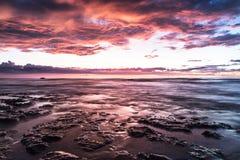 Härlig färgglad solnedgång i havet royaltyfria foton