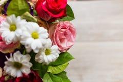 Härlig färgrik bukett av blommor från rosor, kamomillar och grönska på tabellen Fotografering för Bildbyråer