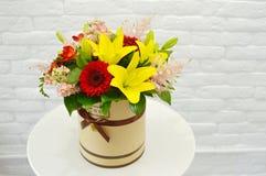 Härlig färgrik bukett av blommor i en hattask stock illustrationer